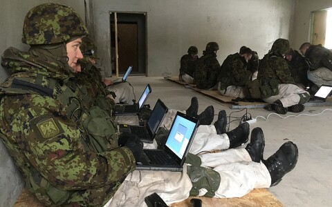 Estonian troops participating in Vikerraadio's e-dictation exercise on Thursday morning. 14 March 2019.