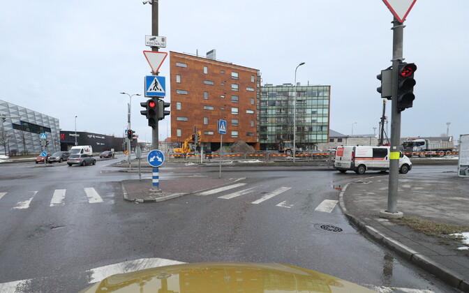 Ahtri, Lootsi ja Jõe tänava ristmik.