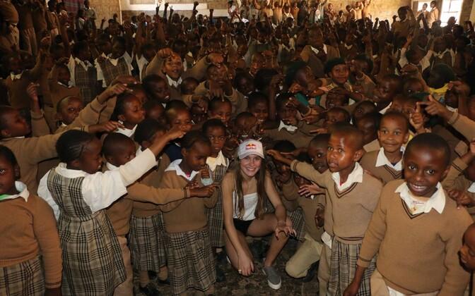 Kelly Sildaru ja Keenia koolilapsed