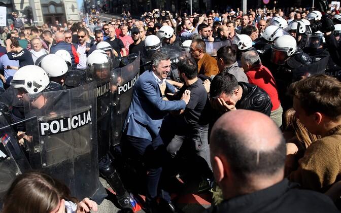 Presidendivastane meeleavaldus Belgradis.