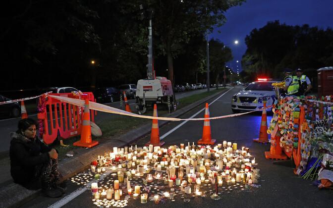 Свечи около места происшествия в в городе Крайстчерч.