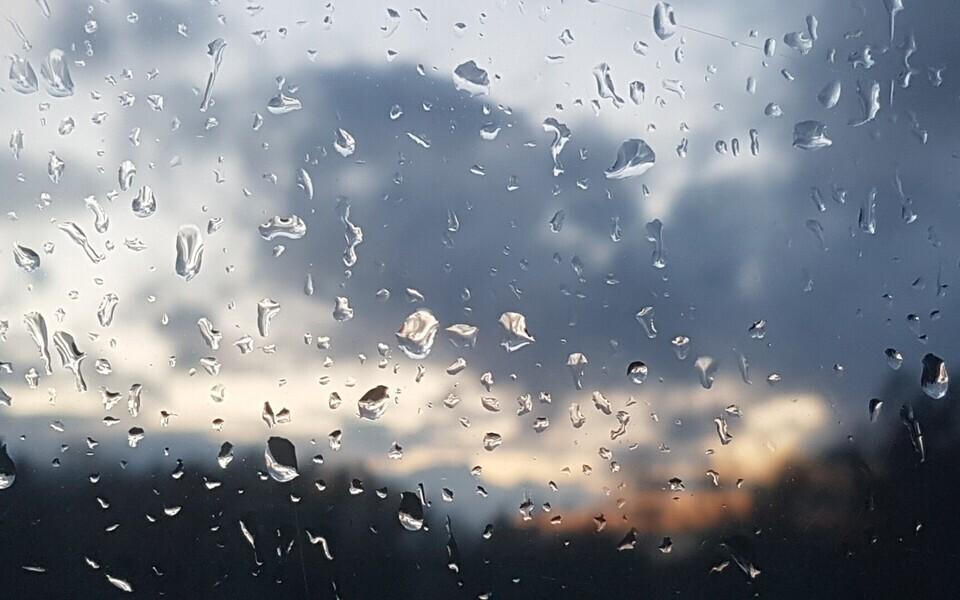 Vihmapiisad aknaklaasil.