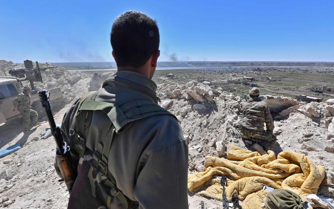 SDF-i võitlejad ISIS-e käes olevat Baghouzi küla piiramas.