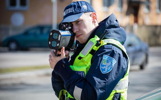Politseinik kiirust mõõtmas.