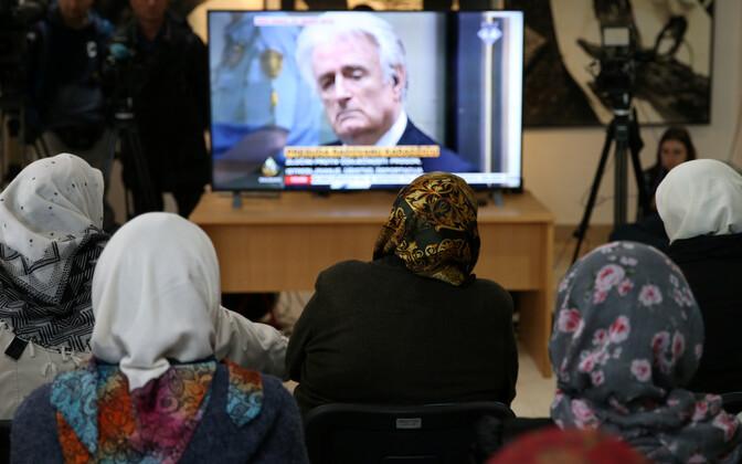 Karadzici kohtuprotsessi vaatamine Srebrenica lähistel.