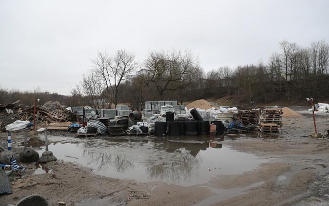 Строительные отходы рядом с новым зданием суда.