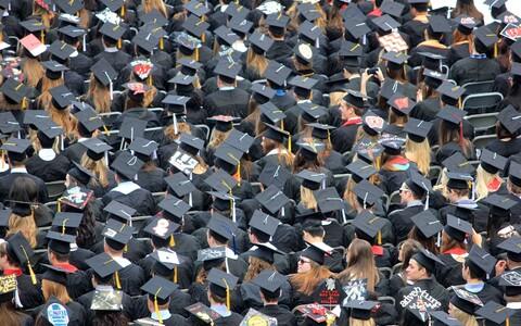 Avaliku elu tegelased, edukad ettevõtjad ja muud tüübid maksid vahendajatele nende võsukese ülikoolipääsme kindlustamiseks 25 miljonit dollarit.