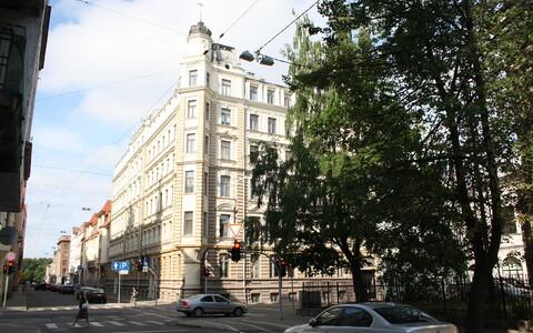 Сейчас посольство Эстонии находится в центре Риги в принадлежащем эстонскому государству здании по адресу ул. Сколас, 13.
