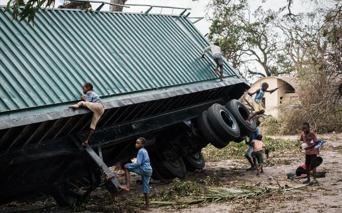 Torm Idai keeras Mosambiigis veoauto külili.