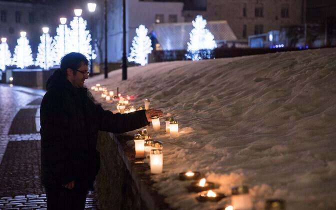 Mälestusküünlad tühjaks pommitatud Harju tänaval.