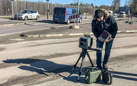 Mobile speed camera being set up on Tallinn's Filtri Road on Friday. 22 March 2019.