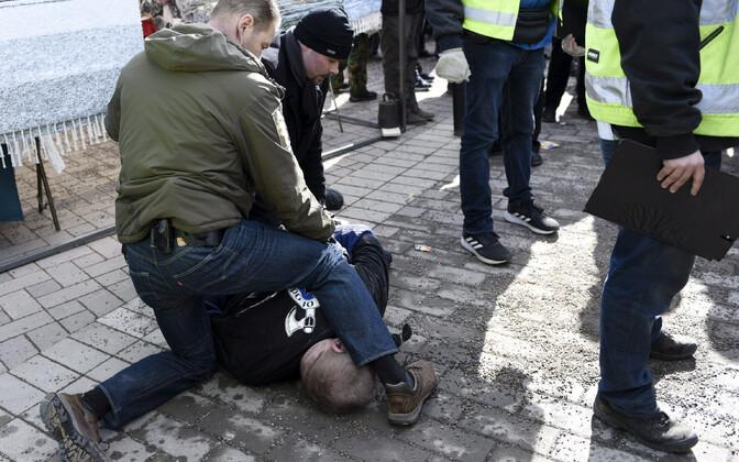 Korrakaitsjad Vantaa linnas Soome välisministrit rünnata üritanud meest ohjeldamas.