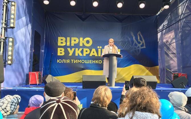 Юлия Тимошенко выступает перед избирателями.