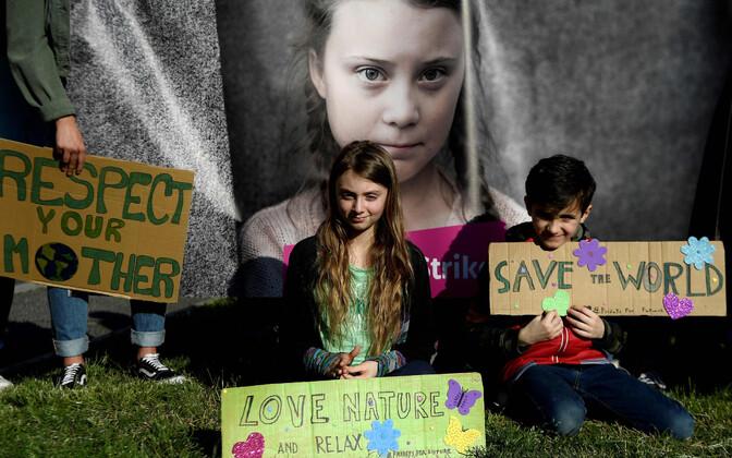 Itaalia noored keskkonna-aktivistid Thunbergi pildi ees.