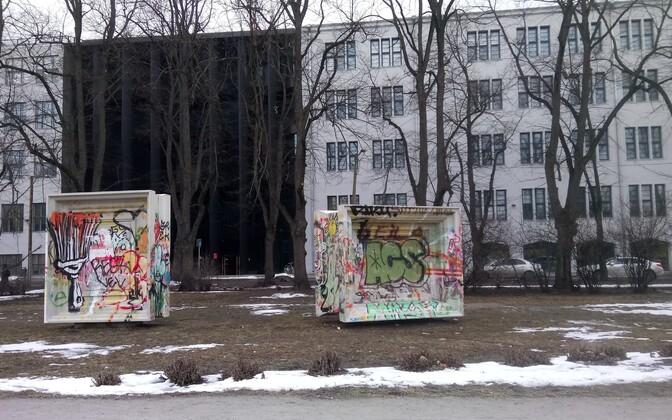Взять банку с краской и дополнить произведения искусства возле Эстонской художественной академии может каждый.