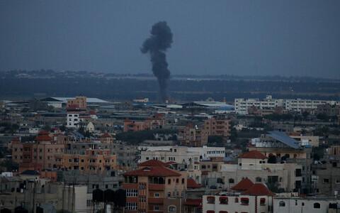 Столб дыма над сектором Газа после воздушного налета 25 марта.