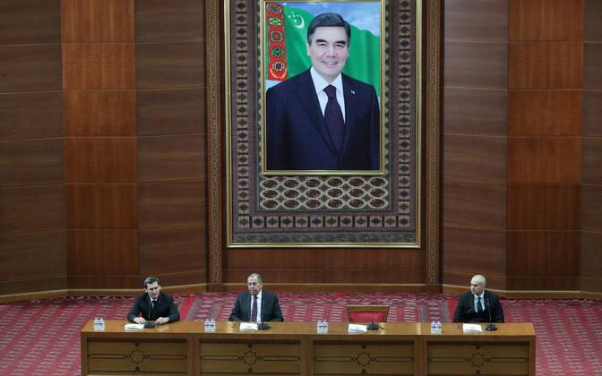 Tänavu jaanuaris Ašgabati külastanud Vene välisminister andis pressikonverentsi Türkmenistani president Gurbangulõ Berdõmuhhamedov pildi all.