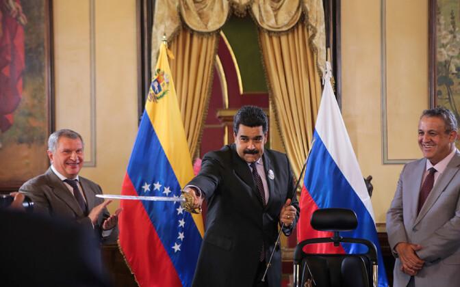 Venezuela president Nicolas Maduro, vasakul Rosnefti juht Igor Setšin ja paremal PDVSA  juht Eulogio del Pino.