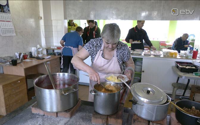 В столовой Халлисте печь начинают топить уже в четыре утра.