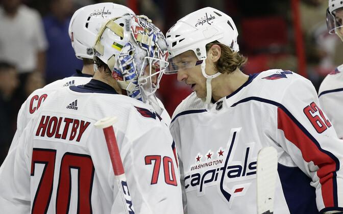 Washington Capitalsi mängijad Braden Holtby ja Carl Hagelin võitu tähistamas.