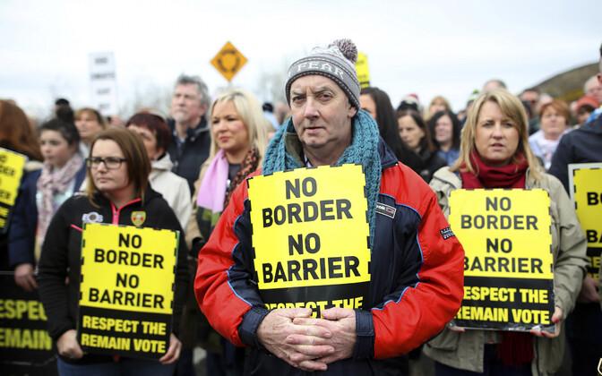 Brexiti-vastased Iiri Vabariigi ja Põhja-Iirimaa piiril meelt avaldamas.