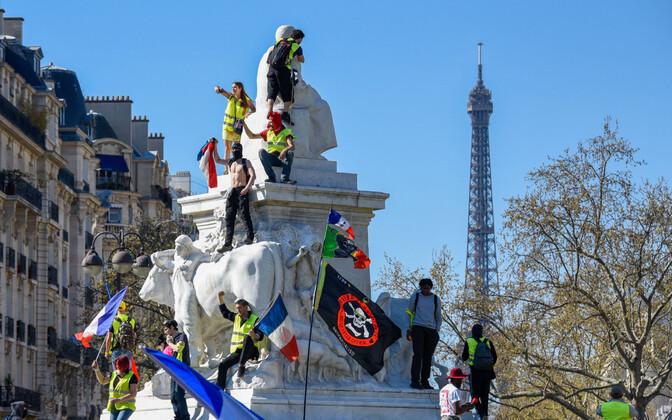 Kollavestid Pariisis meelt avaldamas.