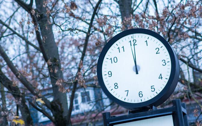 В Эстонии перевели часы.