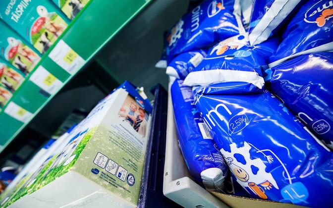 В магазинах стоимость молока также немного выросла.