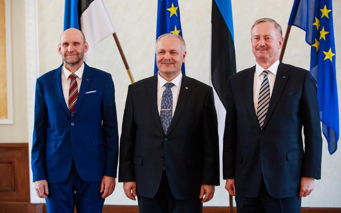Riigikogu juhatuse liikmed Seeder, Põlluaas ja Kallas Valges saalis.