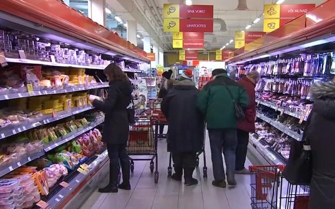 Tarbijad kaupluses.