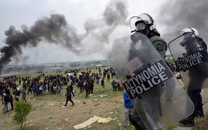 Kreeka märulipolitsei Diavata põgenikelaagri juures rahutusi tõrjumas.