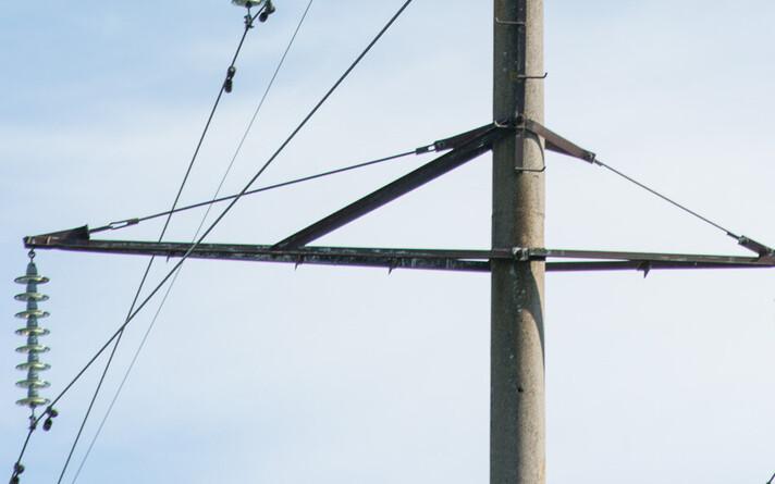 Работы вблизи линий электропередач следует согласовать с сетевым предприятием. Иллюстративная фотография.