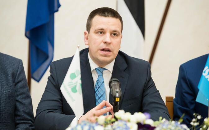Jüri Ratas (Centre).