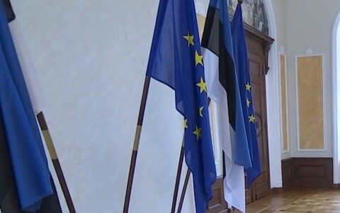 Estonian and EU flags in the Riigikogu's White Hall.