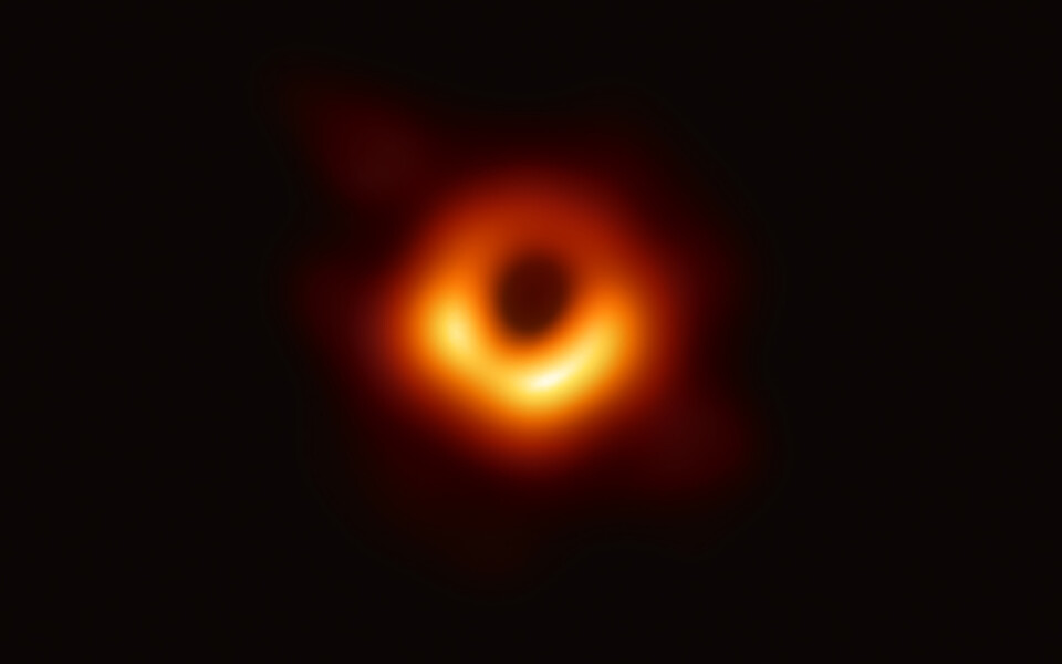 Must auk galaktika M87 keskel.