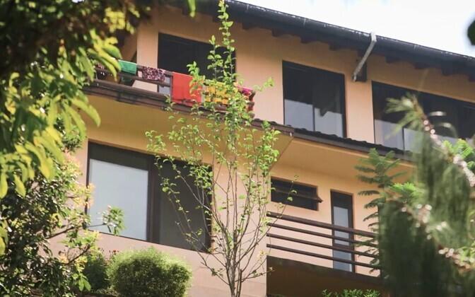 Полиция Непала застукала Петера Далглиша с двумя мальчиками в его доме, в Награкоте.