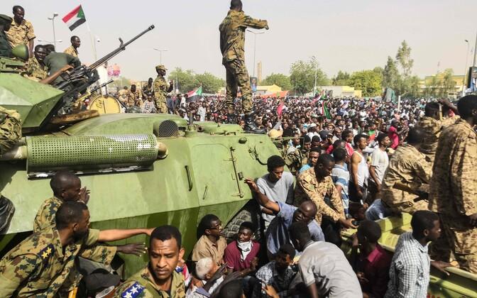 Протестующие у штаб-квартины суданских вооруженных сил в Хартуме.