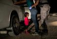 Фото было сделано в июне 2018 года на границе США и Мексики. Маленькая девочка, на глазах у которой пограничник обыскивает мать, горько плачет.