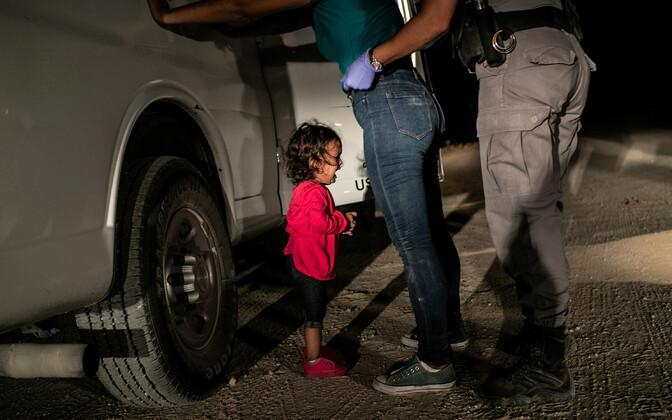 Hondurasest pärit Yana nutab, kui USA piirivalvur tema ema Sandra Sanchezit Texases läbi otsib. Foto on tehtud 12. juunil 2018.