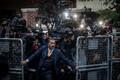 Uudisfotode kategoorias võitis Chris McGrathi fotograafe tagasi hoidvast mehest Türgis asuva Saudi-Araabia saatkonna ees. Samal ajal saabusid saatkonda ajakirjanik Jamal Khashoggi kadumise uurijad ning Türgi politsei.