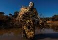 Keskkonnafotodest võitis Brent Stirtoni foto Petronella Chigumburast, kes on Zimbabwes tegutseva ainult naistest koosneva salaküttide vastase üksuse Akashinga liige. Pilt on tehtud õppustel, kus harjutati varjumist.