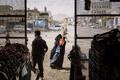 Olemuslugude kategoorias võitnud Lorenzo Tugnoli tehtud foto kujutab toidupoe ees kerjavat naist Jeemenis Azzani külas. Azzani oli al-Qaida kontrolli all 2017. aastani, kui selle vabastasid Shabwani võitlejad. Võitlus jätkub tänase päevani.