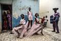 Portreede kategooria. Finbarr O´Reilly fotol demonstreerivad kohalikud modellid senegaallasest moekunstnik Adama Parise rõivaid Dakaris, neid jälgivad hämmeldunud kohalikud.
