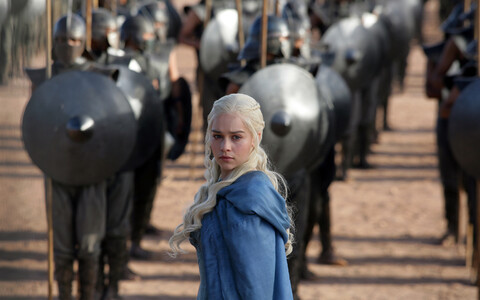 Kõrgvalüüria keelt kõneleb sarjas Daenerys Targaryen, keda kehastab Emilia Clark.