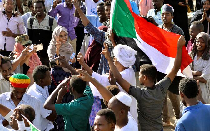 Суданские демонстранты возлеМинистерства обороны в Хартуме.