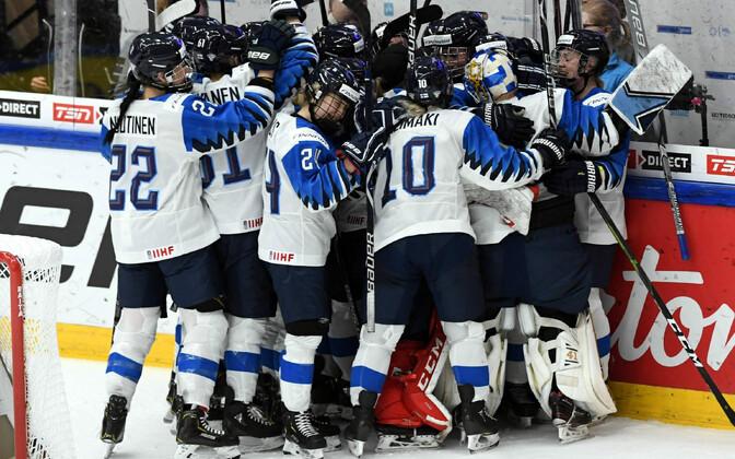 Soome jäähokinaiskond tähistamas võitu Kanada üle