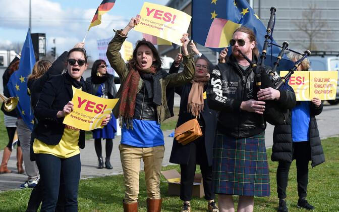 Meeleavaldajad Euroopa Parlamendi ees enne 26. märtsi hääletust.