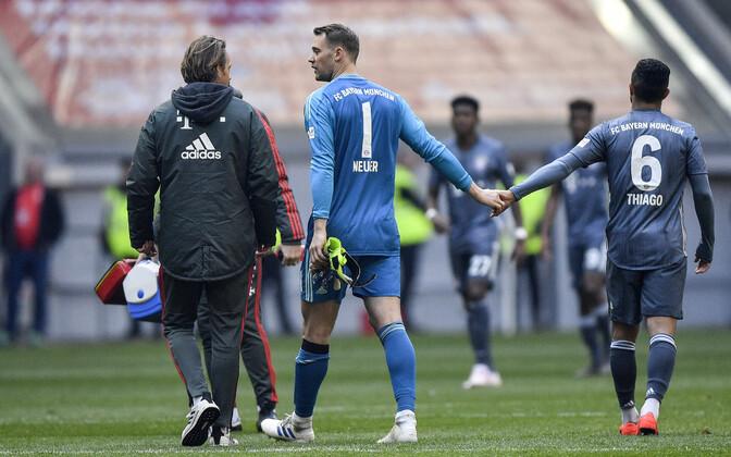 Manuel Neuer pidi vigastuse tõttu platsilt lahkuma.