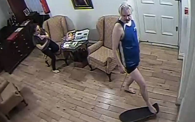 Julian Assange saatkonnas rulaga sõitmas.