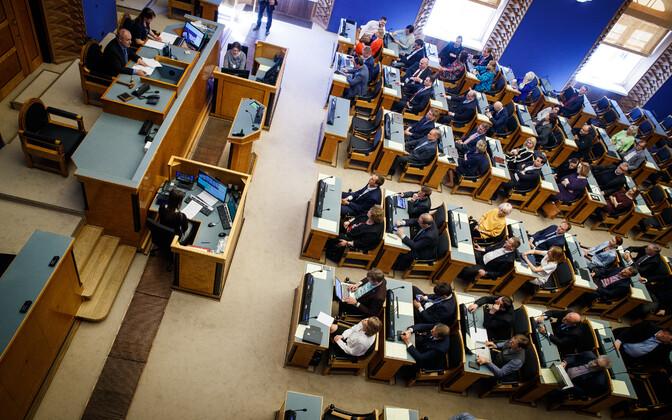 Uue riigikogu liikmed istungitesaalis Toompeal.